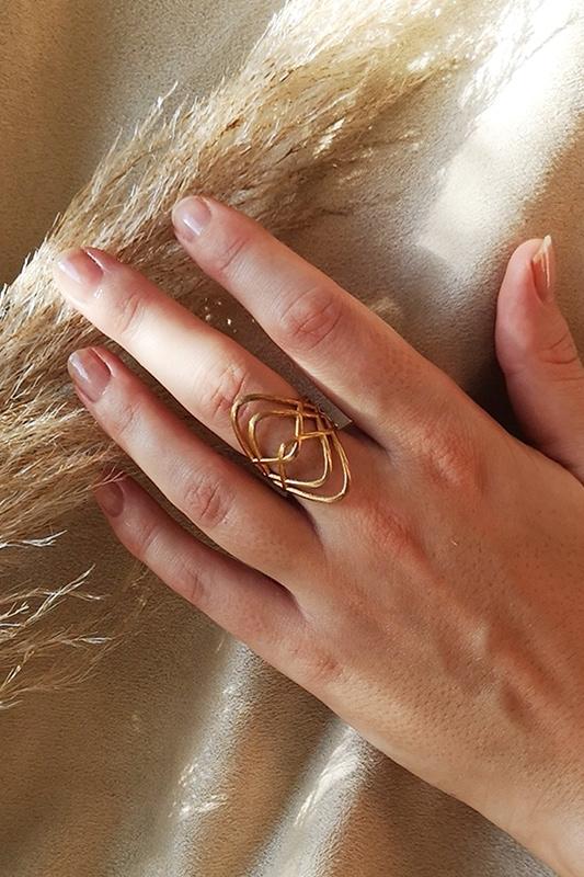 bienenkönigin ring an der hand